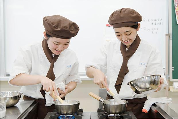 木部青空さん(左)と寺本希来さん(右)。