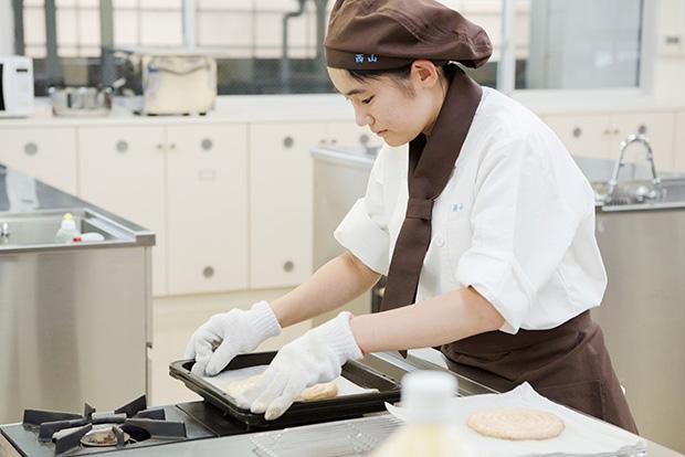 西山萌花さんはケーキの土台を製作中。