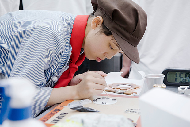 """大阪府の太成学院大学高校「ミラクルGirls」は飴細工で""""時計""""を製作中。"""
