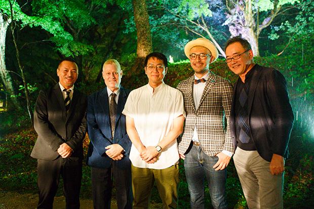 左から、ダイニングアウト総合プロデューサーの大類さん、ホストのアレックスカーさん、徳吉シェフ。サービス統括の大橋さん、レクサスプロジェクト・ゼネラルマネージャーの沖野さん。
