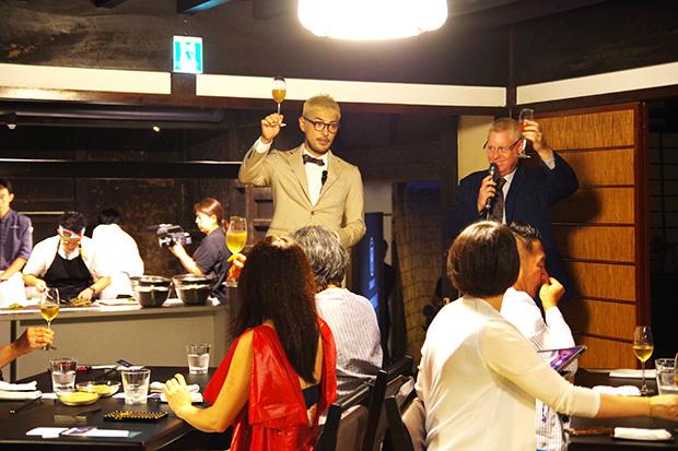 大橋直誉さん(左)がワインのセレクトを託され、アレックス・カーさん(右)が軽快なトークで場をあたためる。