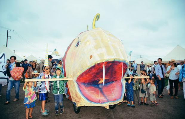 2016年の鎌倉 海のカーニバルのパレードに登場した海の怪物。美術家の水内貴英さんが制作したものだ。