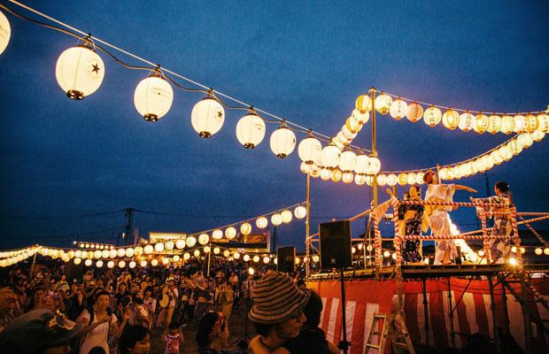 2017年の鎌倉 海のカーニバルと同時開催された「鎌倉の浜の盆踊り大会」。