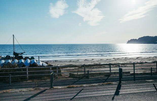8年前に閉店した老舗お好み焼き屋〈かたつむり〉跡地から望む材木座の海辺の風景。