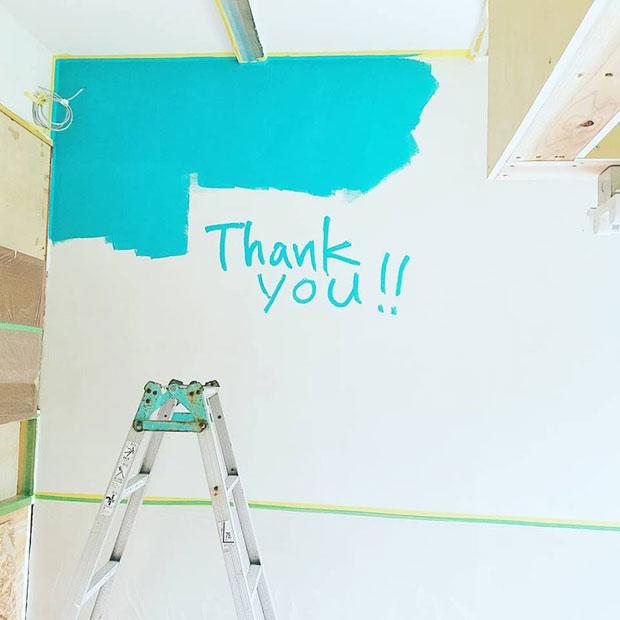 自分が好きな色を見ながら働きたいと、ターコイズブルーに塗り上げた店内の壁。(写真提供:かたつむり)