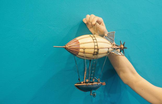 いつかお店に飾りたいという飛行船のオブジェ。本当はより大きなものを手に入れ、それをお店のシンボルにしたいのだとか。