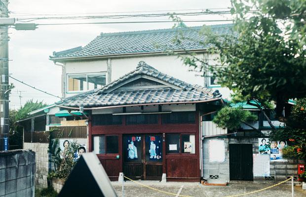 """現在のかたつむりの向かいには、旧鎌倉エリアに唯一残る銭湯〈清水湯〉がある。銭湯との""""ハシゴ""""でかたつむりを訪れるお客さんも多い。"""