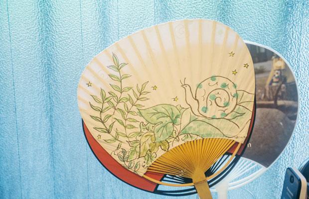 新生かたつむりののれんを手がけたイラストレーター、平尾 香さんの直筆によるうちわ。