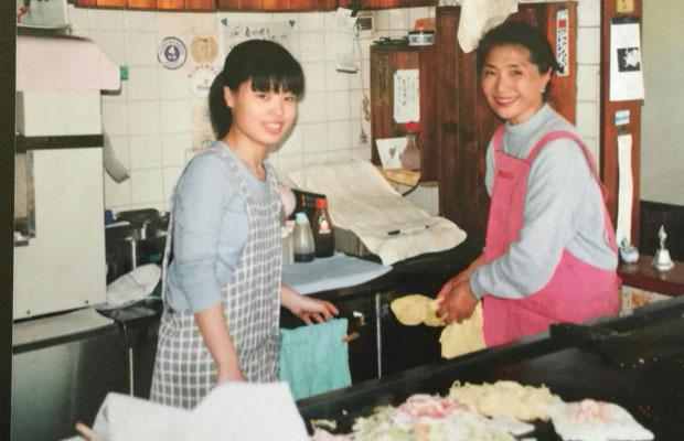 学生時代にアルバイトとして働いていた当時の椿山さん。社会人になってからも、夏の花火大会の日には必ずヘルプに入っていたそうだ。(写真提供:かたつむり)
