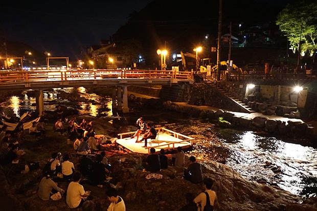 夜のイベントも盛り上がった〈おとずれリバーフェスタ2018〉。社会実験では1か月かけて、夜間照明実験や交通量調査が行われた。
