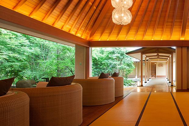 2006年に誕生した別邸音信(https://otozure.jp)。アプローチやラウンジをはじめ、ゆったりとした空間使いが魅力。