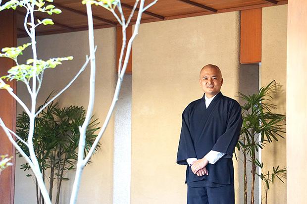 作務衣を着こなす大谷和弘さん。一見すると僧侶のような風貌。
