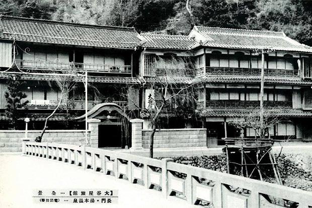 木造三階に唐破風屋根が映える〈旅館大谷屋〉。移転まで温泉街中心に建っていた。