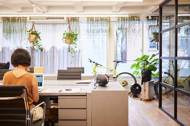 〈カマルクジャパン〉のオフィス内は、さながらオリジナル家具のショーケースのよう。