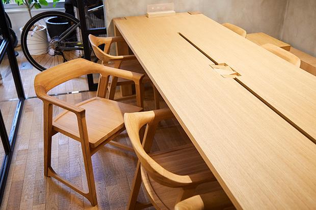 オフィスの会議室には木材を使ったオリジナルの〈SIMPLES〉シリーズが使われている。