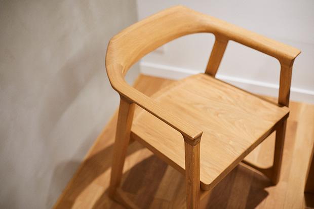 〈SIMPLES〉は鄭秀和さん率いる〈インテンショナリーズ〉によるデザインだ。