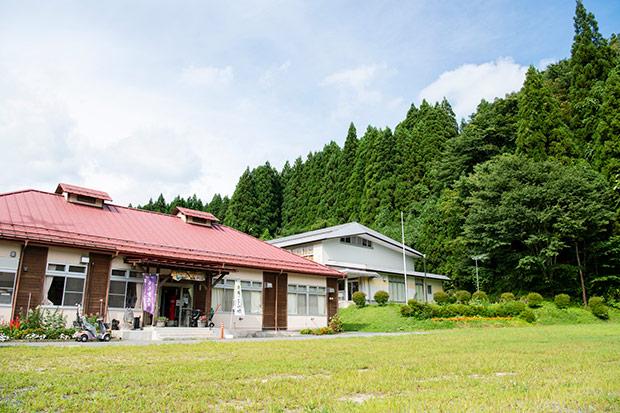 小学校の廃校を利用した〈京津畑交流館 山がっこ〉。ここに拠点を置くやまあい工房は、食にまつわる業務を担当。施設は宿舎としても活用されている。