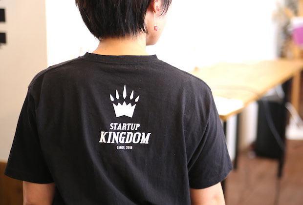 〈STARTUP KINGDOM〉のロゴが入ったTシャツ