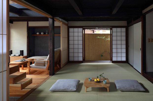 座敷の机は木工作家の田澤祐介さんのオリジナル