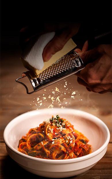 パルメザンチーズのようにパスタに削り入れる