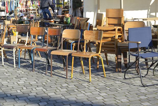 〈関西蚤の市〉に並ぶ椅子