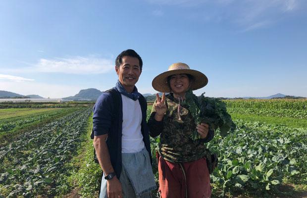 〈うさぎ農園〉の月野亜衣さん(右)とレストランファームの長谷川仁さん(左)