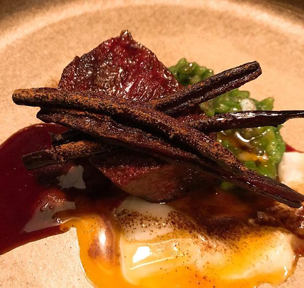 上士幌町で鹿肉加工業を営む〈鷹の巣農林〉の鹿肉と、芽室町〈吉田農場〉のごぼうを使ったソースの一皿