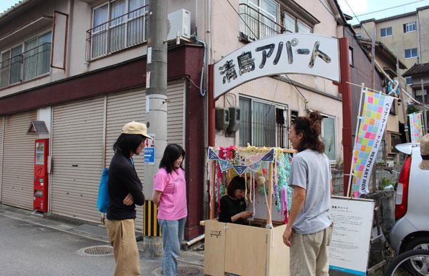 2013年度の入居者・池田ひとみさんが、編み物の公開制作ができる自作のケータリングカーでやってきた。左から飯島剛哉さん、大平由香理さん、行橋智彦さん。