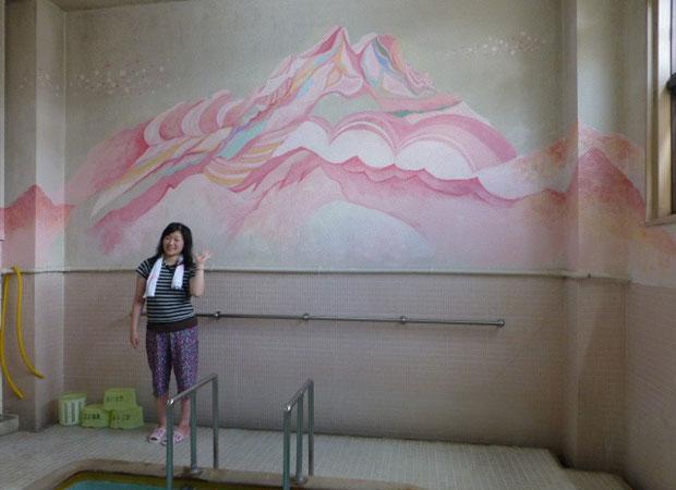 2015年の混浴温泉世界で描いた末広温泉の壁画がいまも残る(2015年撮影)。