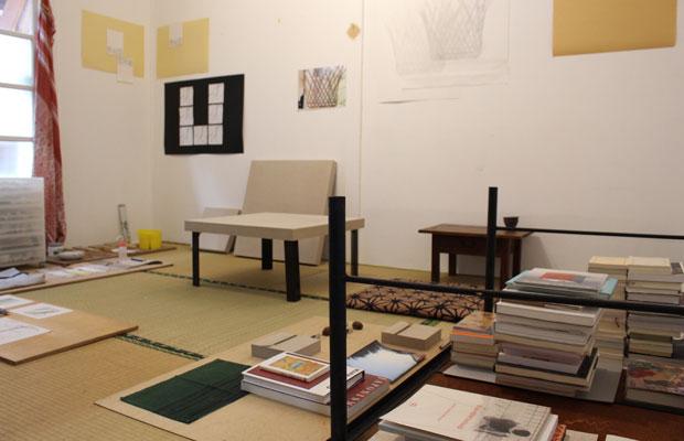 泉イネさんのアトリエ。ドローイングや刺繍、本などがコンポジションのように置かれた畳空間。