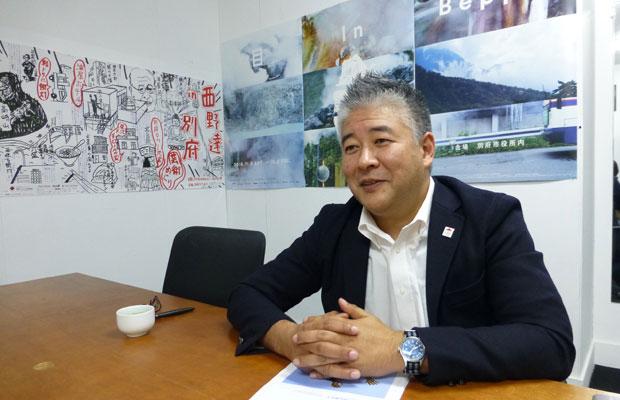 自らもアーティストであり、ディレクターの山出淳也さん。大分のカルチャーを世界に発信する。著書『BEPPU PROJECT 2005~2018』も発売中。