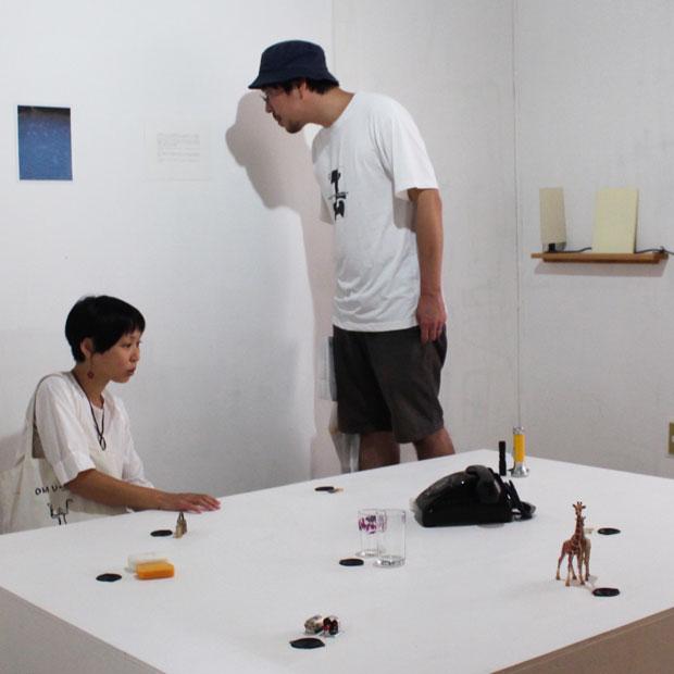 西松秀祐さんの音の出るインスタレーションを体感する観客たち。