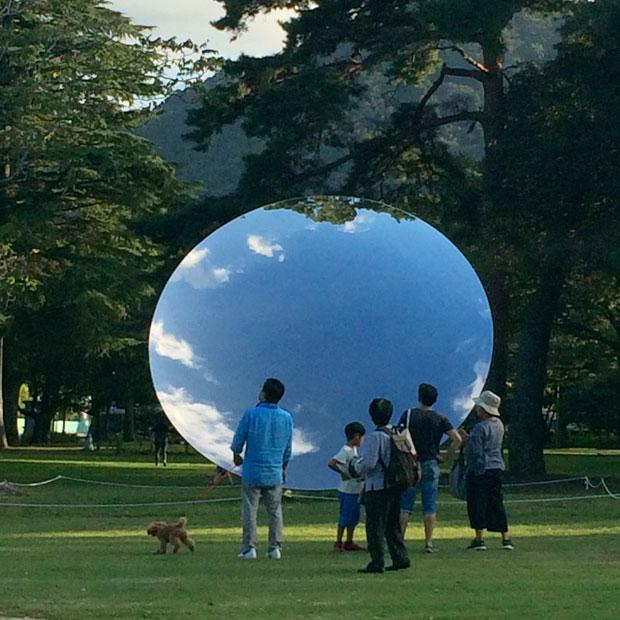 アニッシュ・カプーア『Sky Mirror』。11月25日まで別府公園で開催中の『アニッシュ・カプーア IN 別府』は、山出さん念願の企画。