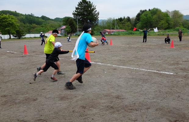 6月に開催された運動会。中学生と小学生が一緒に走る競技も。
