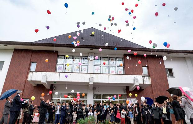 子どもたちのカウントダウンに合わせ、一斉に風船を飛ばした。風船にはこの小学校に対する想いを、それぞれが綴った短冊をつけた。(撮影:佐々木育弥)