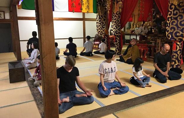 月に1回開催されている安国寺の坐禅会。普段は元気いっぱいに走り回る子どもたちも真剣に取り組んでいる。(写真提供:安国寺)