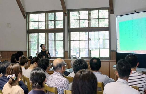 9月にも彫刻家の安田侃さんが創設した〈アルテピアッツァ美唄〉で開催されている〈アルテ○○の学校〉にゲストとして呼ばれ「編集」の話をした。参加者のみなさんからも「いつか本をつくってみたい」という声があがり、本づくりワークショップの企画へとつながった(写真提供:アルテピアッツァ美唄)。
