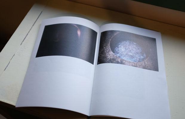 神奈川にある江之浦測候所で撮影を行ったことから、タイトルを『ENOURA』とした。ブレや荒れを生かした静かな空気感のある写真を32ページで構成。写真を新しい視点で選ぶことができたと北井さんは語っていた。