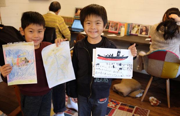子どもたちも本づくりに挑戦。絵を描いて束ねるだけでも、立派な本になる。