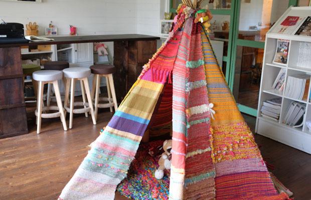 会場となった美流渡の森の小さな図書館。中央には「さをり織り」という手法でつくられたティピがあり、子どもたちにも居心地のよい場所。