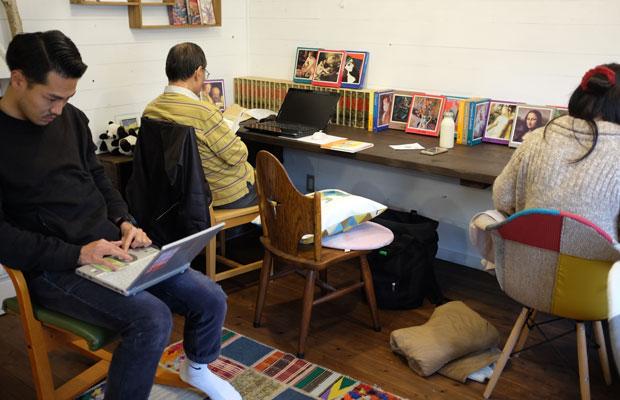 参加者の目は真剣。パソコンに向かう人、紙に手書きでスケッチをする人など思い思いに制作をした。