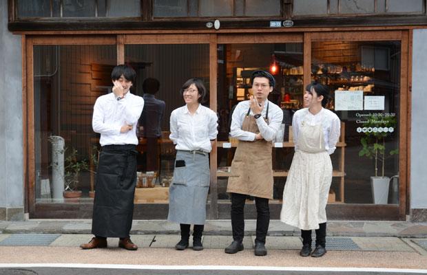 〈カフェuchikawa六角堂〉の仲間たちと。左から2番目が私、西田です。