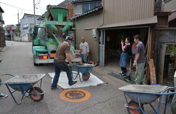 一輪車でひたすら往復して生コンクリートを運び入れました。