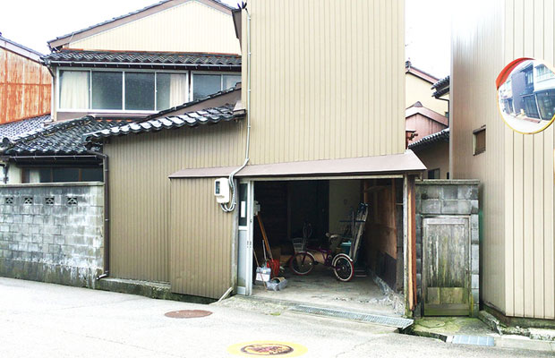uchikawa六角堂の向かいの空き家。写真に写っているのが裏口。
