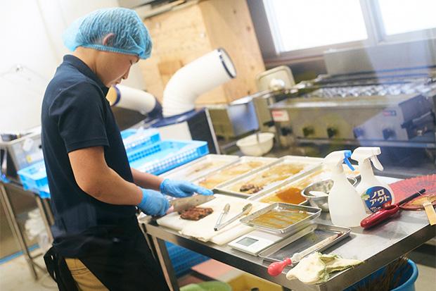 加工場では焼き、刻み、パッケージ、瞬間冷凍まで行っている。