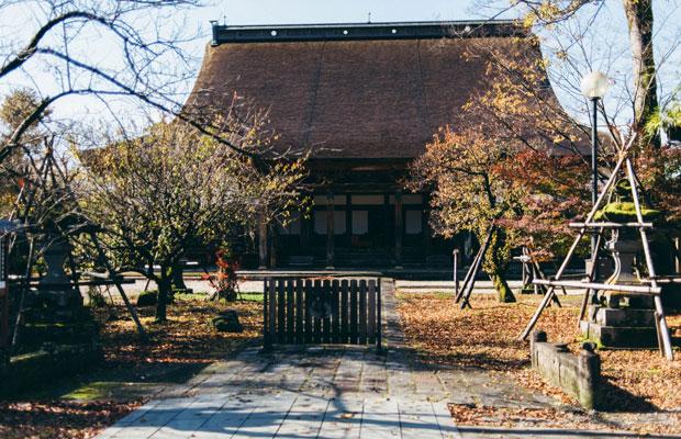 仲町通りとは一変して俗を離れた静寂のなかに、浄土真宗の宗祖・親鸞によって建てられた〈浄興寺〉が。国指定重要文化財。