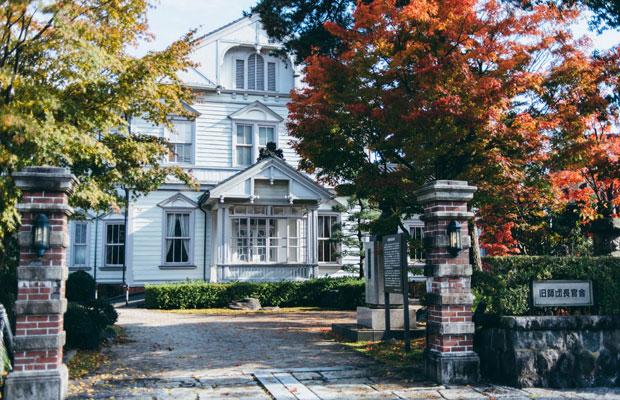 旧陸軍第13師団の師団長を務めた長岡外史の邸宅を移築した和洋折衷の木造建築〈旧師団長官舎〉。
