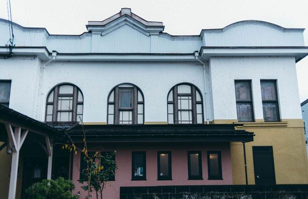 1911年に建てられた擬洋風建築で、国の登録有形文化財になっている〈高田世界館〉。