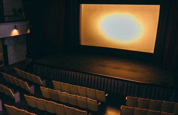 スクリーンの前にはステージが。