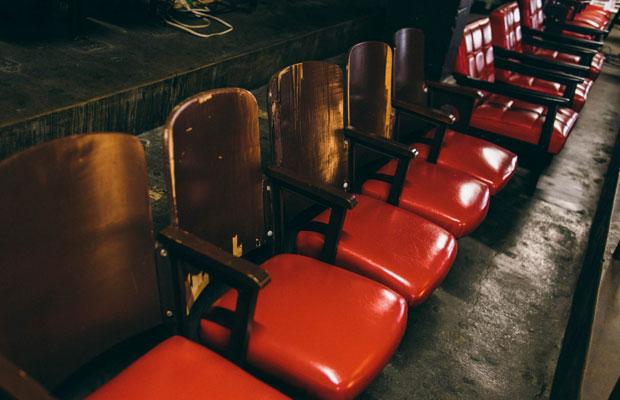 レトロな椅子が並ぶ2階席。